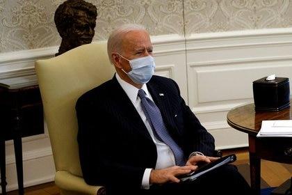 El presidente de Estados Unidos, Joe Biden, se reúne con senadores en la Oficina Oval de la Casa Blanca (REUTERS/Tom Brenner)