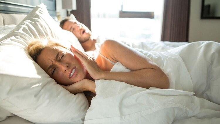 Uno de los beneficios de dormir apoyados del lado izquierdo es que esta postura es una buena solución para la apnea obstructiva, es decir para los ronquidos (archivo Infobae)