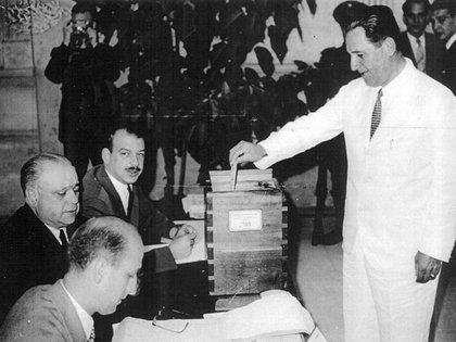Juan Domingo Perón votando en 1951, el año en el que ganó por segunda vez la presidencia