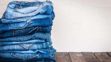 Los colorantes y químicos que se utilizan en la producción de un jean pueden dañar el ambiente (Getty Images)