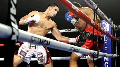 Edgar Berlanga arrinconó a Eric Moon y se llevó su decimocuarta victoria consecutiva por KO en el primer asalto (@Top Rank Boxing)