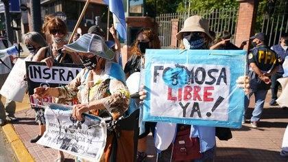 """En horas del domingo a la tarde, un grupo de manifestantes se dirigió a la Quinta de Olivos para mostrar su descontento con los manejos del Gobernador y pedir por una """"Formosa libre"""" (Foto/Franco Fafasuli)"""