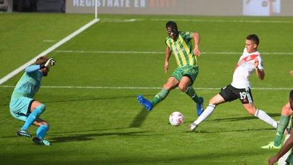 Pared perfecta, buscapié y toque a la red: el gran gol de Borré para River ante Aldosivi en el Monumental