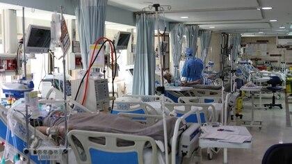 Pacientes en una Unidad de Terapia Intensiva en el hospital Sasan de Teherán (WANA/Ali Khara via REUTERS)