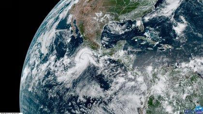 El centro de Genevieve no tocará tierra en México; avanzará en dirección oeste-noroeste de forma paralela al territorio nacional (Foto: RAMMB/NOAA)