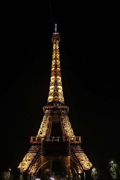 La Torre Eiffel en París apagó sus luces a partir de la medianoche del 6 de agosto como muestra de solidaridad. Además, el presidente Emmanuel Macron viajó al país el jueves y prometió encabezar nuevas iniciativas para juntar ayuda internacional. Foto: EFE/EPA/Mohammed Badra