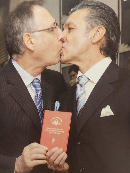 El beso de la victoria. El día que Alejandro y Ernesto pasaron por el Registro Civil y salieron con la libreta en mano.