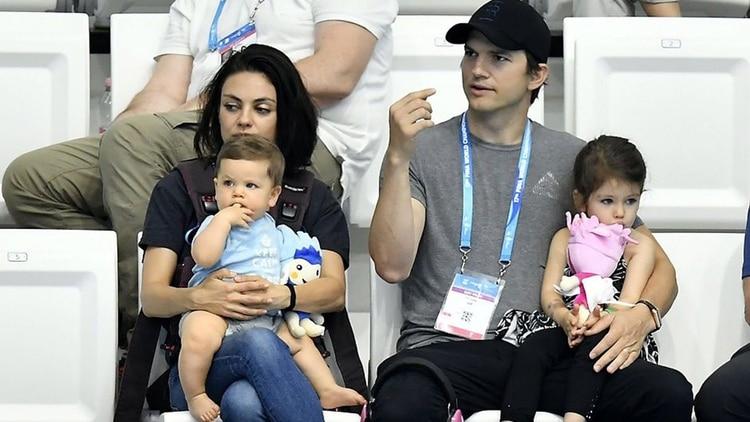 Mila Kunis y Ashton Kutcher tiene dos hijos Wyatt y Demitri