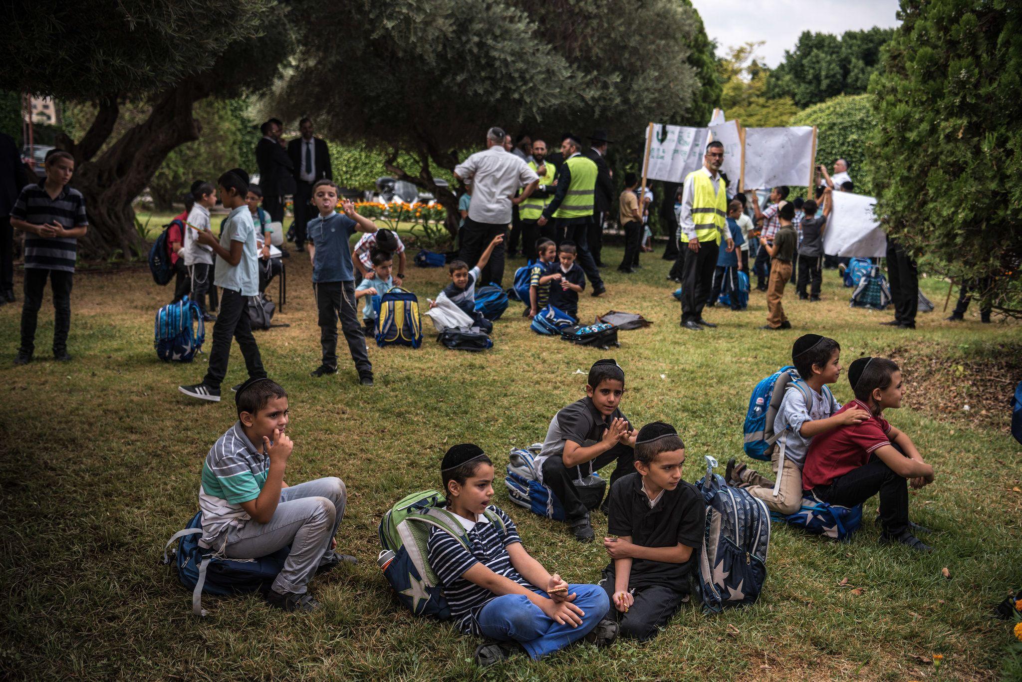 Estudiantes de una escuela ultraortodoxa en el asentamiento de Maale Adumim asistieron a una protesta en contra de una visita de parte de Lieberman.