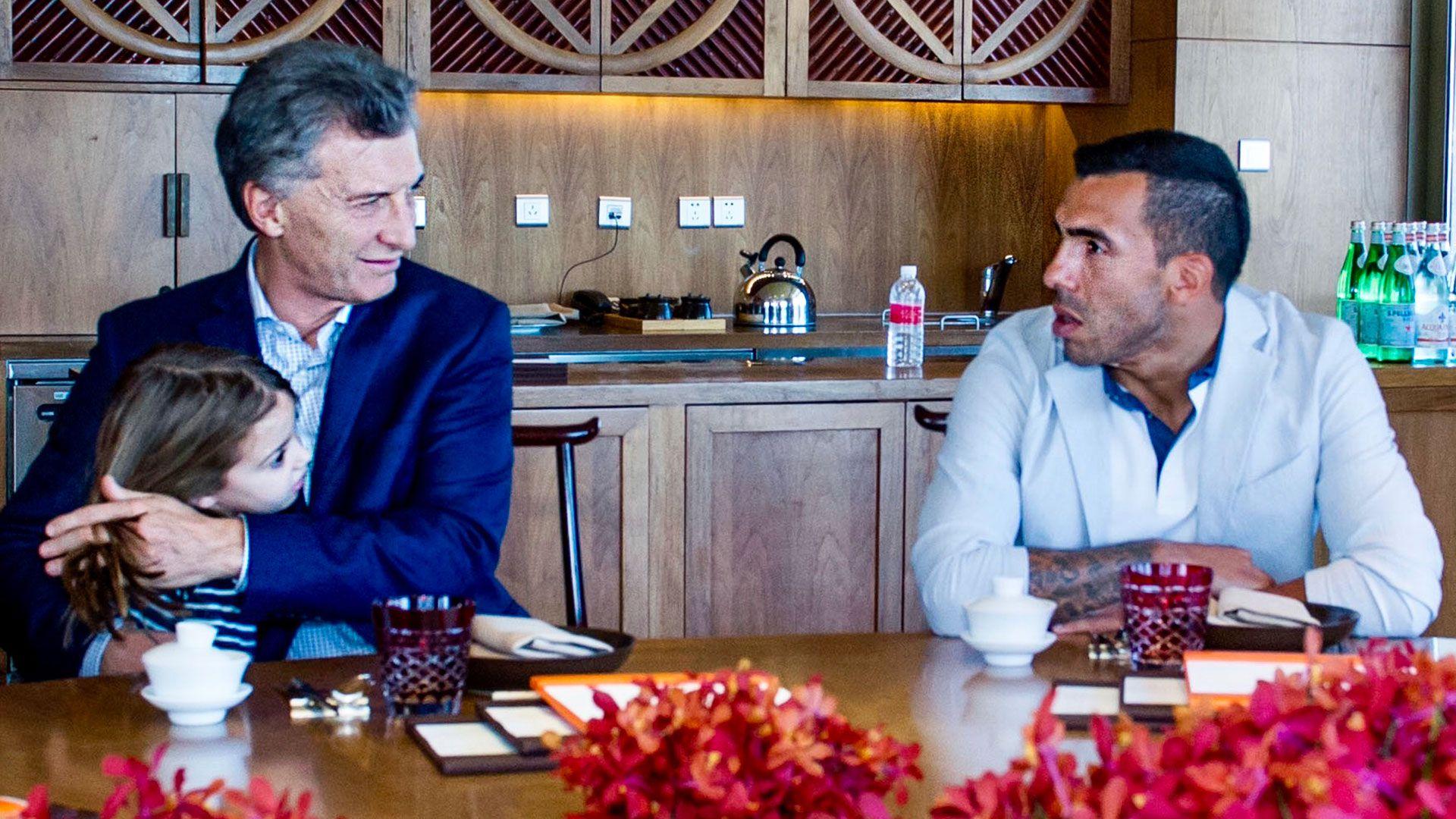 Mauricio Macri saludó a Carlos Tevez luego del anunció del jugador de que se irá de Boca (Presidencia)