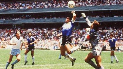 La mano elevada de Diego supera a Shilton. Y la imagen queda para la posteridad