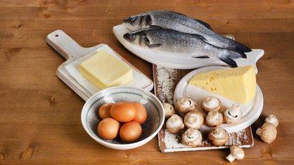 La vitamina D se encuentra en la leche enriquecida, en los pescados de mar, viene en el huevo y en cualquier otro alimento que esté enriquecido con vitamina D (Shutterstock)