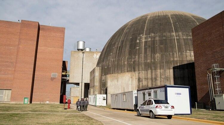 Esa bola que se ve clavada en la tierra completa su curva y su recorrido 20 metros hacia abajo. En su parte subterránea es donde se produce el big bang de la energía nuclear. Ahí está el reactor con su respectiva carcasa de contención (Lihue Althabe)