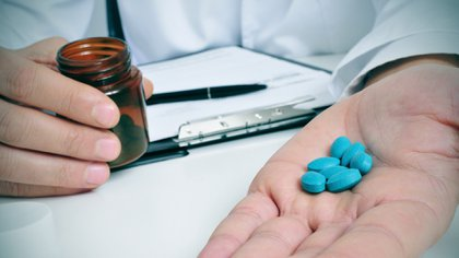 Un abuelo de 80 años pintaba pastillas de azul para venderlas como viagra(Getty)