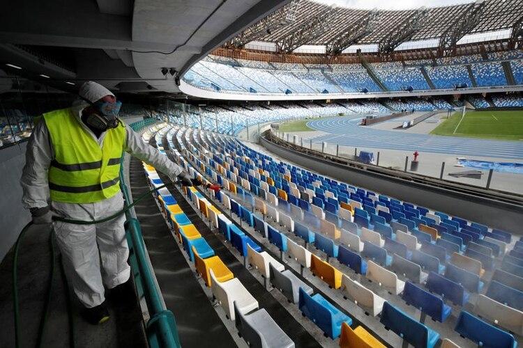 En Francia y España se jugarán sin público los próximos partidos, mientras que Italia suspendió la actividad (Reuters)