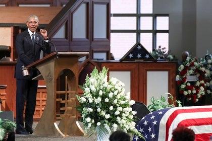 Barack Obama pronuncia un discurso durante el funeral del difunto congresista estadounidense John Lewis, pionero del movimiento de derechos civiles y miembro de la Cámara de Representantes de los Estados Unidos (Alyssa Pointer/Pool via REUTERS)