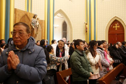Un grupo de feligreses participa en una misa en una iglesia católica clandestina en una casa en Tianjin en noviembre de 2013. (REUTERS/Kim Kyung-Hoon/archivo)