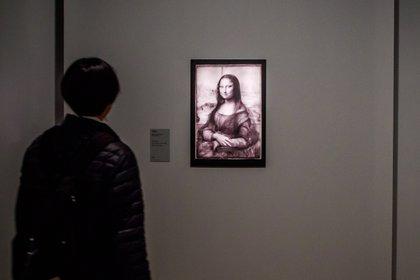 """Un visitante observa el estudio de reflectología de """"La Mona Lisa"""" (EFE/EPA/CHRISTOPHE PETIT TESSON)"""