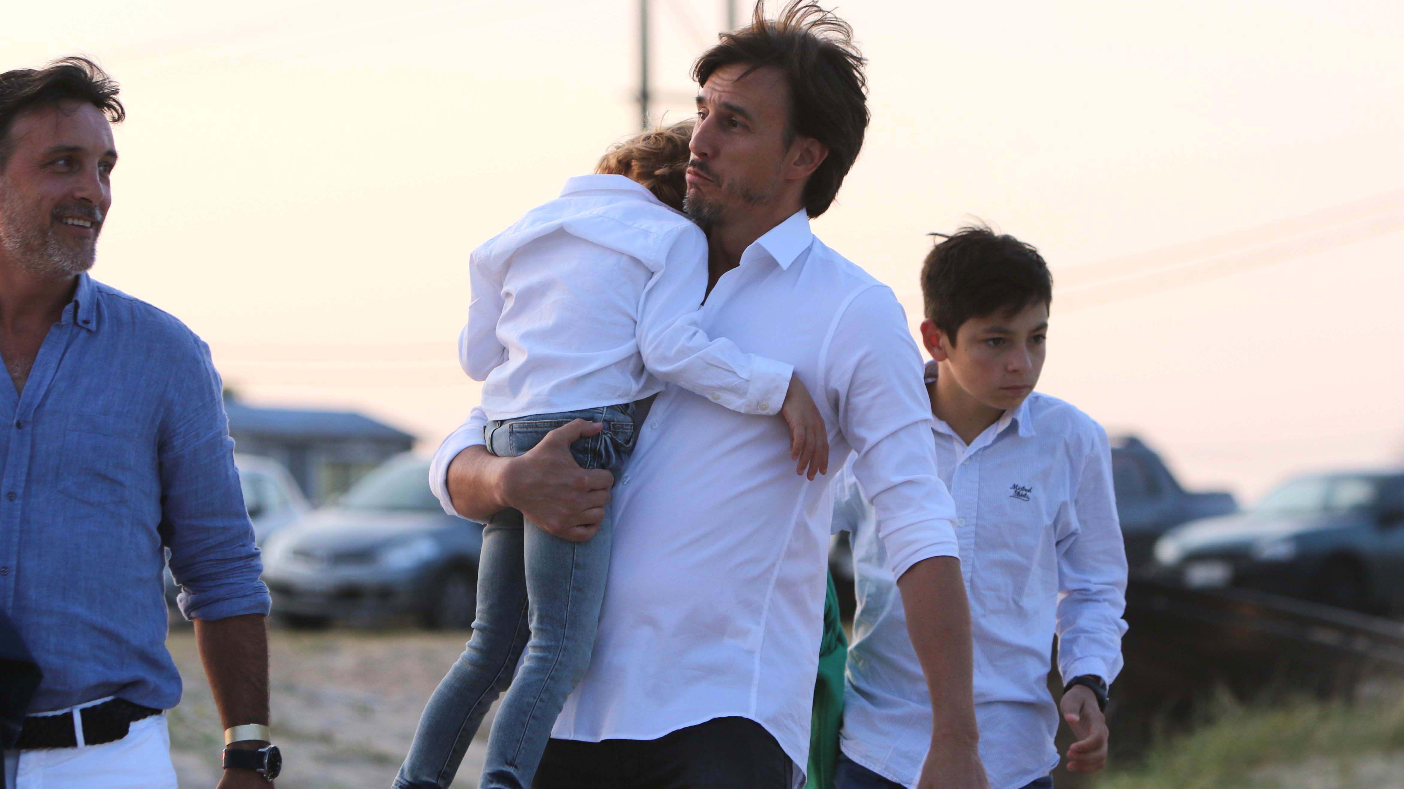 Fin de fiesta: Roberto, con uno de los hijos de Pampita en brazos (Fotos: GM Press)