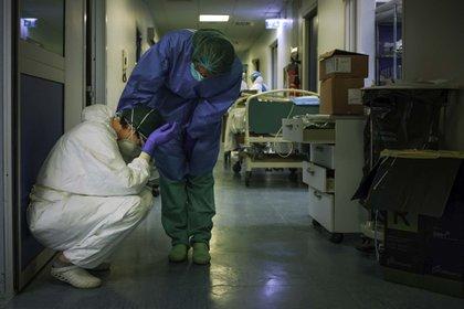 Una enfermera da consuelo a otra durante el cambio de turno en otra jornada interminable en el hospital de Cremona en Milan, Italia, durante la etapa más cruel de la pandemia en ese país (13 de marzo)
