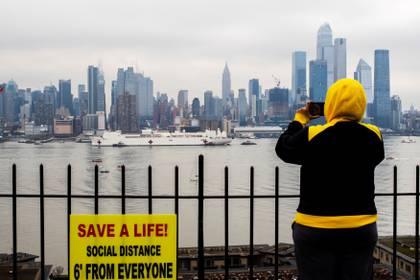 La llegada del buque, vista desde Nueva Jersey, con el firmamento de Manhattan como fondo