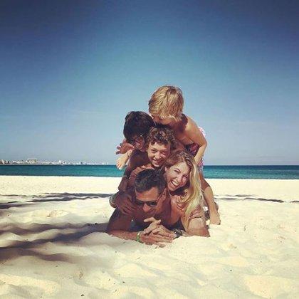 """Federico Amador es la base de la """"pirámide humana"""" junto a sus dos hijos, Flor Bertotti y Romeo (Foto: Instagram)"""