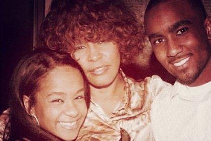 Whitney Houston con Nick Gordon, el hijo del corazón de la cantante y pareja de la hija de esta, Bobbi Kristina. Los tres murieron por sobredosis