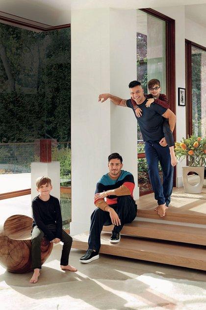 Ricky Martin con su esposa e hijos en su mansión de Los Ángeles