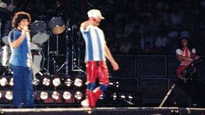 Maradona sobre el escenario de Vélez Sarsfield juntoa a Freddie Mercury