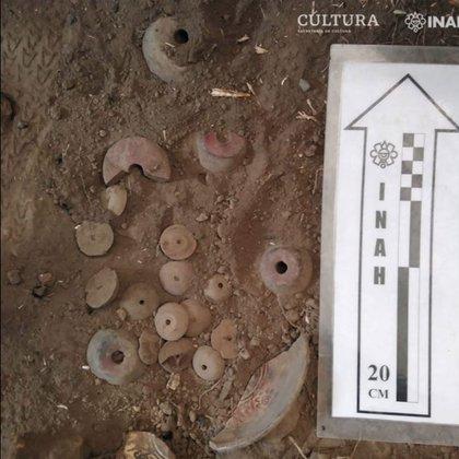 Al querer construir y descubrir figurillas prehispánicas, el dueño del terreno avisó al INAH para que se hicieran cargo de las investigaciones  Foto: (INAH)
