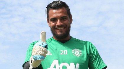 Sergio Romero saluda con sus guantes puestos. Una imagen que hoy es natural