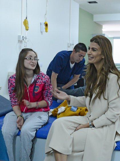 Awada dialogó con Karen Sánchez (18), una de las pacientes que sufrió un accidente en moto