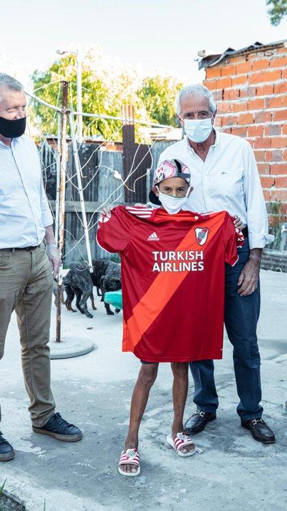 Rodolfo D'Onofrio le donó a la Fundación Proyectar camisetas de River