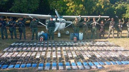 Droga y avioneta del operativo que hizo el 912 Grupo de Caballería Blindada Cnel Julián Mellado