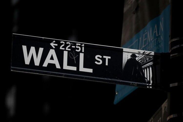 Imagen de archivo de una señal de Wall Street junto a la Bolsa de Nueva York, EEUU. 17 septiembre 2019. REUTERS/Brendan McDermid