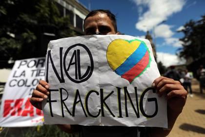 Un hombre sostiene un cartel durante una protesta contra el fracking en Bogotá, Colombia, 7 de junio, 2019. REUTERS/Luisa González