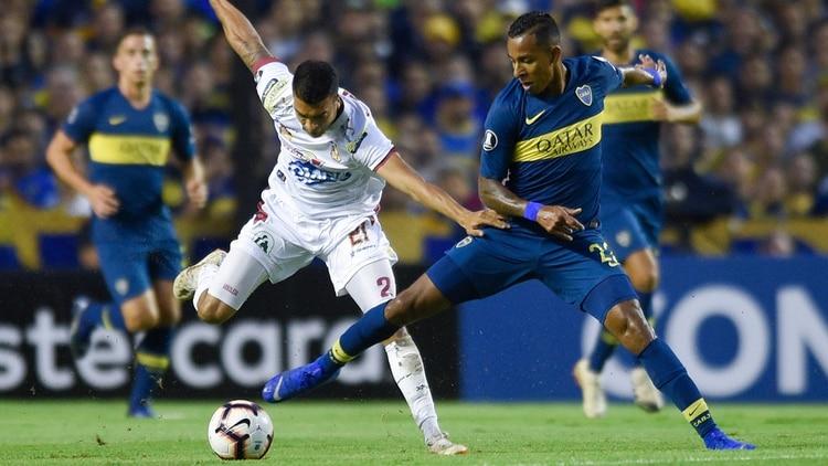 Sebastián Villa disputa una pelota. El colombiano fue uno de los mejores de Boca (AP)