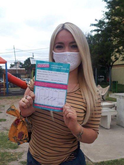 Stefanía Purita Díaz muestra el certificado de vacunación