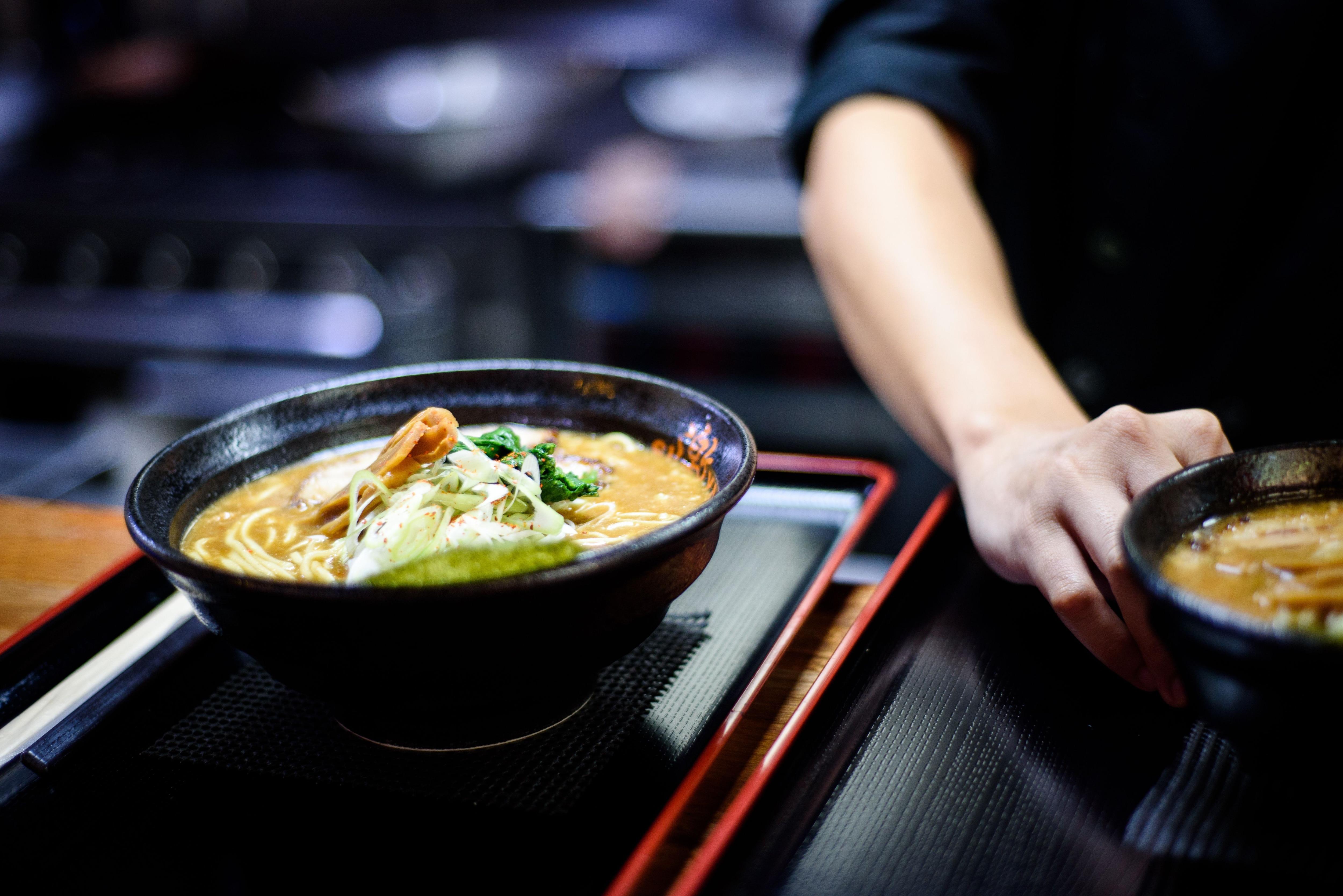 El ramen nació de la unión del fideo chino (men), caldo (dashi), salsa (tare), grasa y aceite, además de otros ingredientes