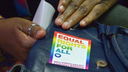 En esta foto de archivo tomada el 22 de febrero de 2019, un activista LGBT asiste a una audiencia en el Tribunal Superior de Milimani en Nairobi. (AFP)