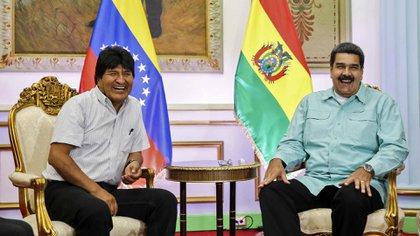 Evo Morales y Nicolás Maduro, aliados en la región. El presidente de Bolivia apoyó al dictador y se opone a que llegue ayuda a los venezolanos (AFP)
