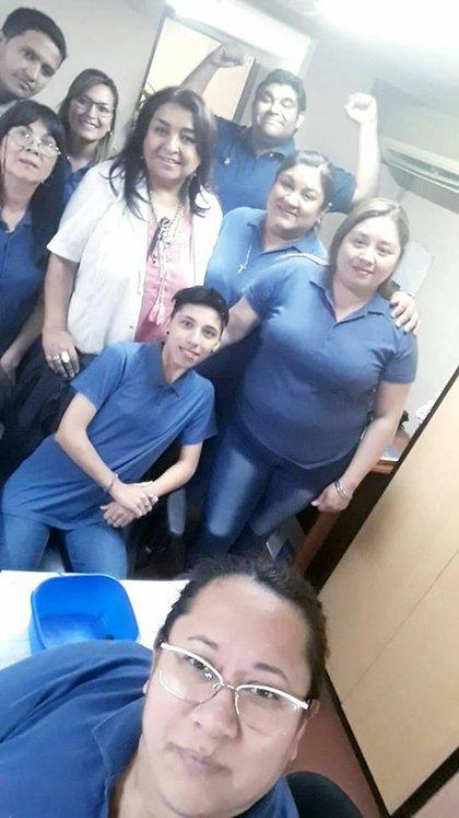 Liliana (en el medio con delantal blanco) junto a sus compañeros del Hospital Vera Barros de La Rioja