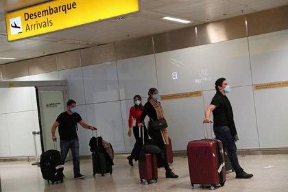 Viajeros con mascarillas  llegan en un vuelo desde Italia, después de que se confirmara el segundo caso de coronavirus en Sao Paulo, en el Aeropuerto Internacional de Guarulhos en Guarulhos, estado de Sao Paulo, Brasil, el 29 de febrero de 2020. REUTERS/Amanda Perobelli