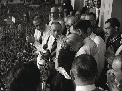 Perón abraza a Evita tras anunciar ella que no será candidata a vicepresidente. (Foto: Pinélides Fusco)