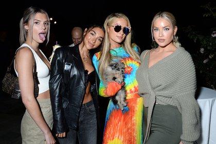 """Familia y amigos de Paris Hilton la acompañaron en el lanzamiento de """"This is Paris"""" (Foto: Instar Images/The Grosby Group)"""