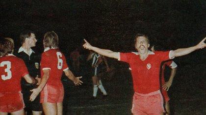 """Pérez y Trossero le reclaman al árbitro; Larrosa gritando, haciendo gestos y al grito: """"¡Esto no puede ser!"""", terminan desatando las expulsiones. Tres jugadores del rojo, afuera."""