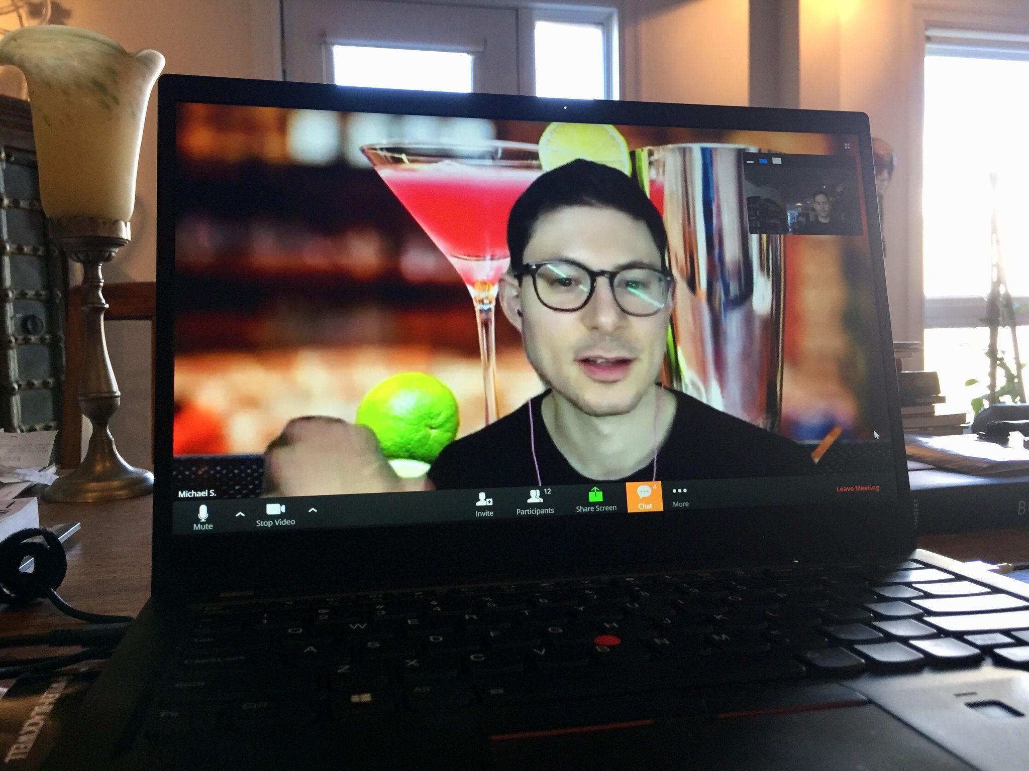 """Michael Scaturro organizó un """"happy hour"""" virtual con 15 amigos solteros de diferentes ciudades"""