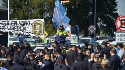 La protesta de la policía bonaerense llevó a que el gobierno transfiera por decreto fondos que iban a CABA a la provincia de Buenos Aires. Otro caso de endeblez jurídica (Gustavo Gavotti)