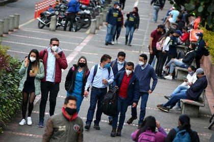Personas con máscaras faciales caminan por una calle, durante la reactivación de varios sectores económicos después del fin de la cuarentena por la pandemia de COVID-19, en Bogotá,  REUTERS/Luisa González