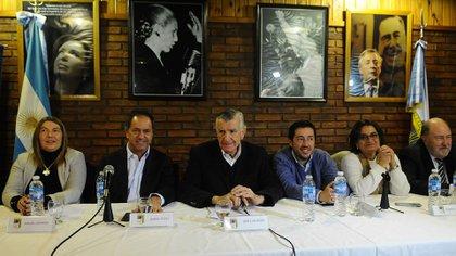 Rosana Bertone, Daniel Scioli, José Luis Gioja, Leonardo Nardini y Lucía Corpacci, referentes del PJ (Télam)